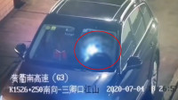 高速应急车道男女停车做不雅之事 监控拍下车辆晃动画面