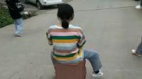 闺蜜给我们演示坐行李箱下坡,差点刹不住车,属实尴尬了!