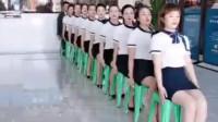 姑娘们的动作太优秀了,整齐划一,后面大哥的凳子没挪开