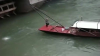 大爷开船在大坝口捞鱼,这一趟下来,鱼都被你捞光了!