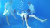"""在水下""""举重""""是什么体验?老外亲子体验,结果让人哭笑不得!"""