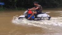 农村人胆子真肥,这么急的水,骑着电动车就过来了