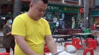 街上看到一个小伙在卖炒面,看到小伙这样的操作,这一看就是大厨的手艺啊