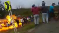 惨!油罐车倾覆居民哄抢燃油 突发爆炸火海中哀嚎一片