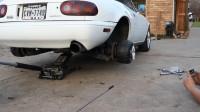 汽车车轮大小不一样能开吗,老外实测,小车轮撑不起汽车!