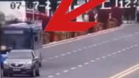 贵州安顺公交车坠湖视频曝光:正常行驶突然连跨5车道,5秒冲进湖