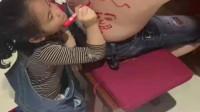 在爸爸背上作画,女儿不愧是爸爸的小棉袄这都没有挨打。