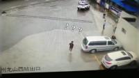 司机停车后下车,车子自己往前冲了一步,车主人都懵了