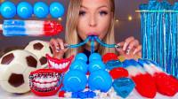 一桌造型新奇的创意零食,假牙糖还带着牙套,塞嘴里太搞笑了