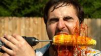 老外作死用电钻吃玉米,通电的瞬间,隔着屏幕都牙疼!