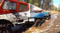 马力十足的大卡车带着拖车在泥沼中奋勇前行.mp4