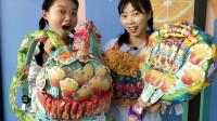 恶作剧:俩闺蜜拿零食做衣服和书包,想法新奇有创意真搞笑