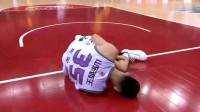 广厦vs山东:好惨!一场比赛三人被抬下场!朱荣振被抬下去了