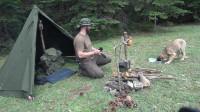 丛林露营在1500米高地搭帐篷 制作一个可调节的锅架,在篝火上做饭
