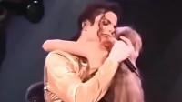 迈克尔杰克逊演唱会被粉丝强抱后,善良的天王蹲下去是真落泪