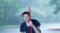 老外发明隐形空气伞,用气流推开雨水,撑着它就是最欠揍的仔!