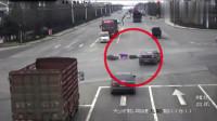 轿车正常行驶,谁料半路冲来一辆闯灯摩托车,想刹车都来不及了