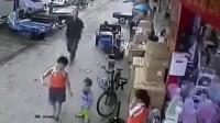 人贩子真是畜生不如,要不是男孩反应及时,孩子就被拐走了!