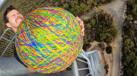 将巨型橡皮筋球从45米高空丢下,能跳多高?结果意想不到!