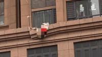 郑州一独居女子穿红色内衣坠亡 倒挂门面房屋顶吓坏路人