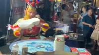 大师兄都有副业了,当起了网红在街头卖飞饼,这是高手!