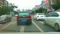 行车记录仪:女司机被大众别了一下,路怒症当场爆发