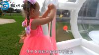 萌娃发现了泡泡球,进去玩遇到了1个玩偶,萌娃:我们一起玩吧!