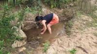 农村美女在小水坑中抓鱼,手法娴熟,不愧是老司机