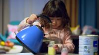 二胎时代:爸妈不在家,小女孩给弟弟冲奶粉,不料发生意外