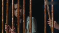 两美女被困在牢房里,岂料牢房大门都是糖做的,我也是醉了