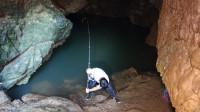 山洞里的鱼太饿了,小莫下竿不到15秒就中鱼,这样钓鱼真过瘾