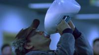 影视剧中奇葩过安检合集,王宝强牛奶不让带,直接在机场一口闷了