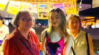 王菲14岁女儿李嫣与闺蜜摆地摊 穿吊带金发披肩成熟有气质