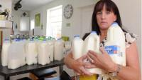 美女20年只喝牛奶不吃正餐,如今56岁的她,变成了这样