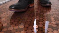 土豪斥巨资用5万枚硬币铺地板,10年过去了,如今地板变成啥样