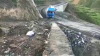 监控:货车司机重车爬坡,这个车技都学着点