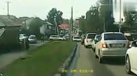 监控:司机开百吨王过限高桥,看看他是如何应对自如的