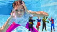 超级英雄益智玩具:太酷了!蜘蛛侠和绿巨人怎么突然变小了?还和萌娃小萝莉一起潜水吗?