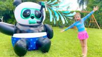 越看越有趣,萌娃小萝莉怎么有个大熊猫?可是被谁抢走了呢?还有恐龙吗?