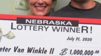 夫妻加油站买彩票中奖700万 核实20次后立刻锁进保险柜