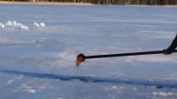 小哥把800度盐水倒入结冰湖面,下一秒转身就跑,网友 胆子真大