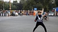 """印度交警指挥交通:这么""""魔性""""的姿势,看完笑出了""""猪叫声""""!"""