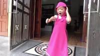 国外儿童时尚,小女孩不听妈妈话满屋子折腾,妈妈会生气吗