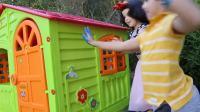 国外儿童时尚,小正太兄妹玩彩色涂鸦,盖上可爱的小手印