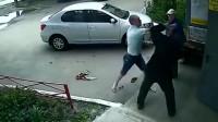 监控:外国男子殴打两位大叔,监控拍下毫无人性一幕