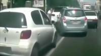 行车记录仪:卡宴司机路怒症爆发,超车后怒砸丰田,谁知丰田也是暴脾气