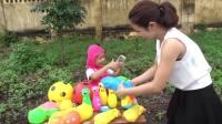 国外儿童时尚,小女孩卖彩色玩具,调皮叔叔居然玩恶作剧