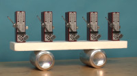 共振现象是什么?5个节拍器放同一木板上,有趣的现象发生了