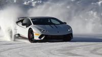 小哥挑战直接赛车手,开兰博基尼在雪山比赛,能跑过直接车手吗?