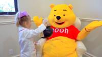 维尼熊的肚子不舒服,萌娃小可爱前去帮它治疗,萌娃:你都吃了些什么呀?真顽皮!